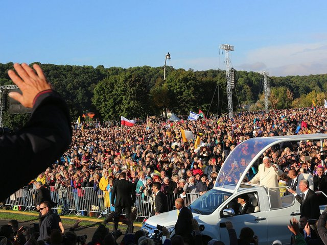 Digico Pope Pope Francis arriving for his Holy Mass in Kaunas' Sàntakos Park.jpg
