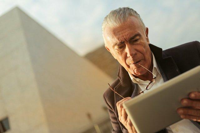 a-sad-man-using-silver-tablet-3782212.jpg.jpe