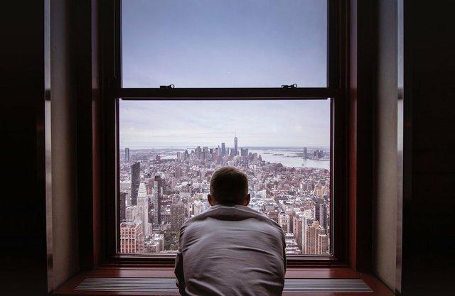 man-in-gray-shirt-looking-at-city-buildings-3625023.jpg.jpe